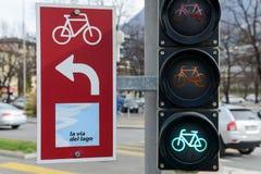 骑自行车者的红绿灯 库存图片