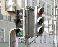 骑自行车者的红绿灯 免版税库存照片