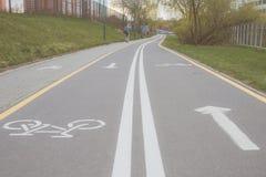 骑自行车者的自行车道路 自行车车道在公园 休息区域 在水的休息 免版税库存图片