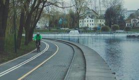 骑自行车者的自行车道路 自行车车道在公园 休息区域 在水的休息 库存图片