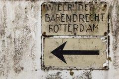 骑自行车者的葡萄酒荷兰roadsign向巴伦德雷赫特和鹿特丹 图库摄影