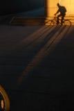骑自行车者的长的阴影 免版税库存照片