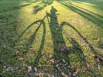 骑自行车者的阴影橄榄球场的 库存照片