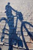 骑自行车者的阴影 库存照片