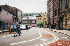 骑自行车者穿过老市克拉科夫乘坐 免版税图库摄影