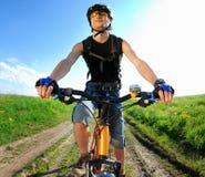 骑自行车者纵向年轻人 免版税库存图片