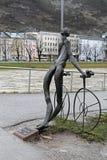 骑自行车者裸体古铜色雕象在萨尔茨堡,奥地利 库存照片