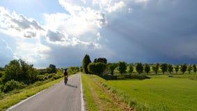 骑自行车者踩的踏板的星期天 免版税库存图片