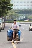 骑自行车者运输浪费在一辆老自行车,广州,中国的罐头 库存图片