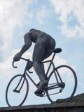 骑自行车者雕塑彻尔的du Tourmalet,比利牛斯,法国 库存照片