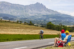 骑自行车者马克・卡文迪什和观众 免版税库存照片