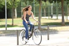 骑自行车者骑马的充分的身体画象在街道的 免版税库存照片