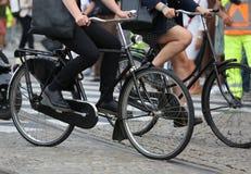 骑自行车者,当移动从家到工作在镇里时 免版税库存图片