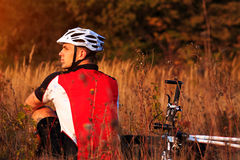 年轻骑自行车者画象盔甲的 体育生活方式概念 库存照片