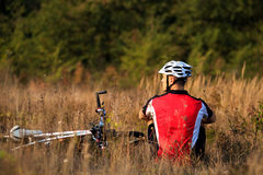 年轻骑自行车者画象盔甲的 体育生活方式概念 免版税库存照片