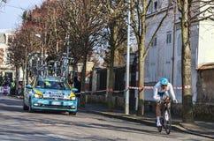 骑自行车者Grivko Andriy-巴黎尼斯2013年序幕在Houilles 免版税图库摄影