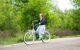骑自行车自定义女孩基辅游行乌克兰 免版税库存照片