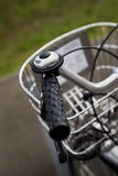 骑自行车行李架 库存照片