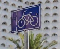 骑自行车路标 库存例证