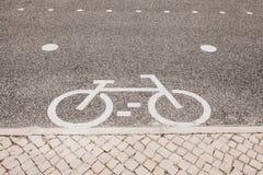 骑自行车路 一辆自行车的标志在自行车道路的 免版税图库摄影