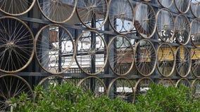 骑自行车轮子一起被栓做墙壁,利马 免版税图库摄影