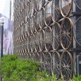 骑自行车轮子一起被栓做墙壁,在利马南部 库存照片