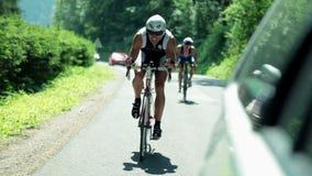 骑自行车通过乡下的竞争者 影视素材