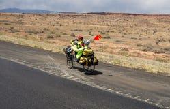 骑自行车通过新墨西哥的夫妇春天 免版税库存图片