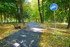 骑自行车道路和一条小径有警报信号的 免版税库存图片