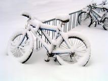 骑自行车飞雪 免版税库存照片