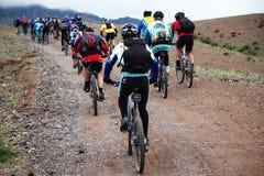骑自行车马拉松山春天 免版税库存图片