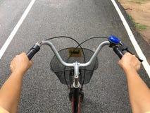 骑自行车骑马 库存图片