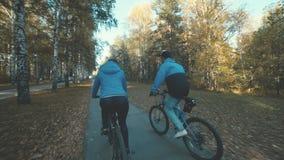 骑自行车,它的盖帽的年轻人追上女孩 影视素材