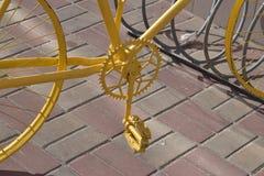 骑自行车黄色 库存照片