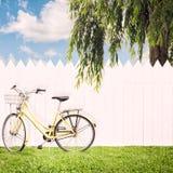 骑自行车黄色 库存图片