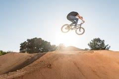 骑自行车bmx特技台式 库存照片