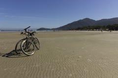 骑自行车n海滩 免版税库存照片