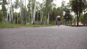 骑葡萄酒自行车的年轻英俊的人室外 循环在公园的运动的人 健康活跃生活方式 关闭 股票录像