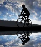 骑路自行车的骑自行车者的剪影 免版税库存图片