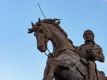 骑马和拿着剑的人 库存图片