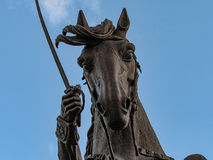 骑马和拿着剑的人 库存照片
