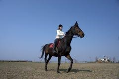 骑马女孩跳过 库存照片
