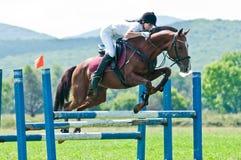 骑马女性跳车手显示体育运动 免版税图库摄影