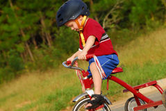 骑马小孩三轮车 免版税图库摄影