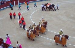 骑马斗牛士和场面工作者行军 图库摄影