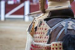 骑马斗牛士斗牛士,持枪骑兵工作它是减弱公牛` s nec 免版税图库摄影