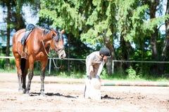 骑马术准备o的学校manege的十几岁的女孩骑马者 库存照片