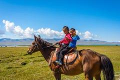 骑马的两个孩子 库存图片