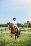 骑马的女孩骑师 免版税库存图片