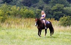 骑马的妇女 免版税库存图片